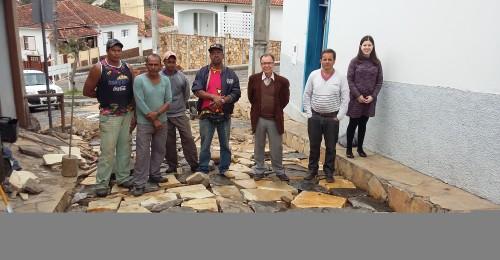 Ilustração da notícia: Recuperação do calçamento da rua Espirito Santo chega a fase final
