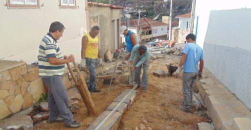 Ilustração da notícia: Novos calceteiros iniciam trabalhos pontuais para recuperar o calçamento de Diamantina