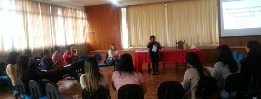 Ilustração da notícia: Servidores municipais participam de capacitação sobre as mudanças no processo de reconhecimento de direito do BPC.