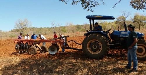 Ilustração da notícia: Secretaria Municipal de Desenvolvimento Agropecuário e Meio Ambiente em parceria com o Sindicato de Produtores Rurais de Diamantina e através do SENAR promovem curso de tratorista.