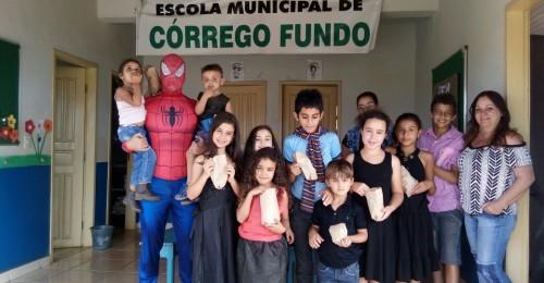 Ilustração da notícia: CRIANÇAS DE COVÃO, ALGODOEIROS, PINHEIROS E CÓRREGO FUNDO TÊM DIA DE FESTA